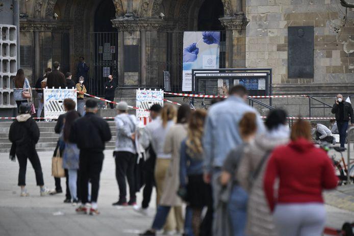 People queue for a coronavirus test at the Kaiser Wilhelm Memorial Church in Berlin.