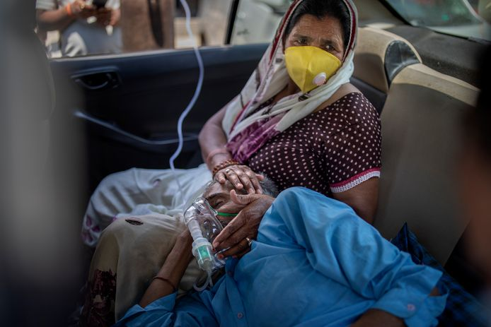 The patient gets oxygen in the car.