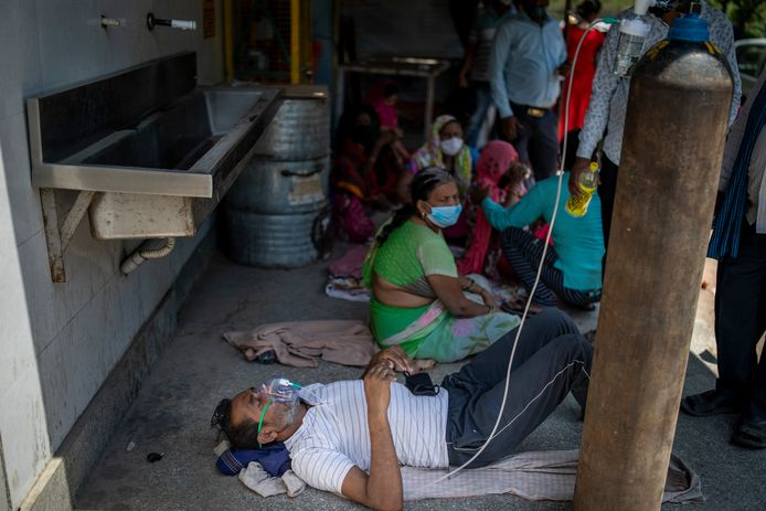 A patient gets oxygen on the street.