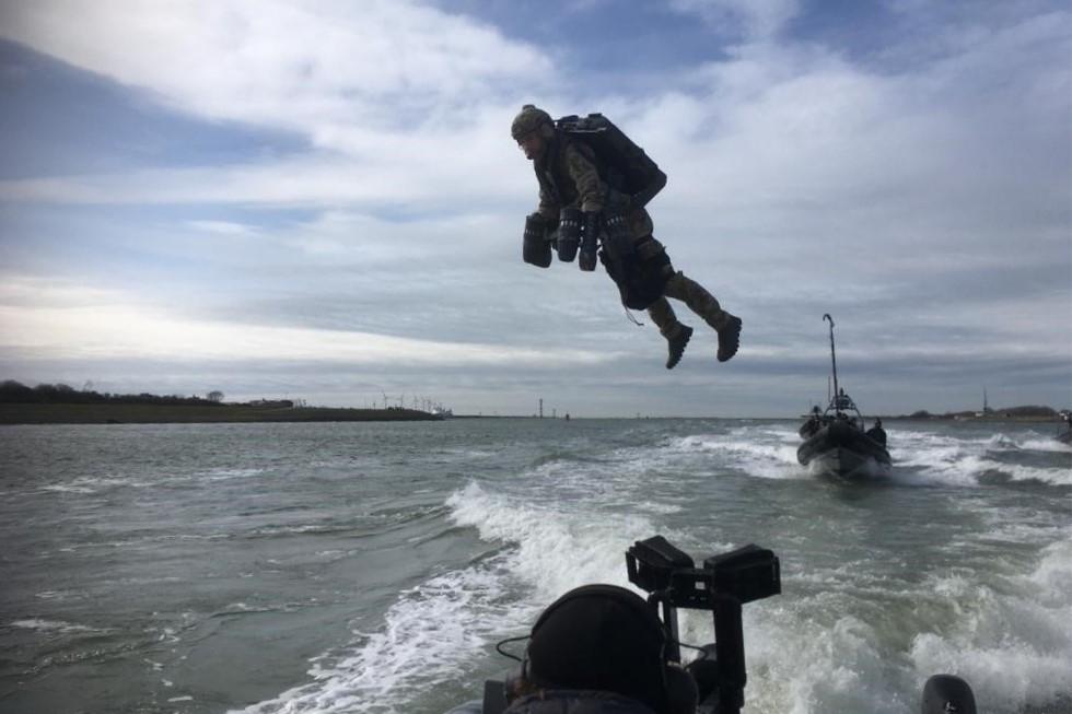 Nederlandse special forces springen met vliegpak tot op uw dak