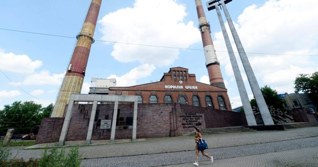 """Poland signs """"historic"""" agreement on closing coal mines 