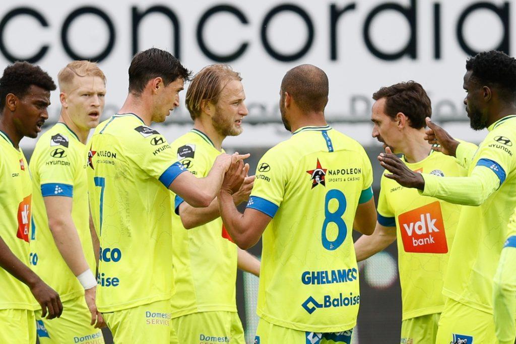 AA Gent walst over tien man van KV Oostende en komt na ruime zege aan de leiding in Europe play-offs