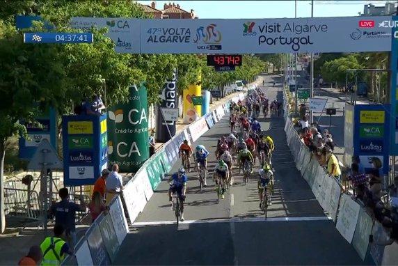 Sam Bennett spurt naar de zege in openingsetappe Ronde van de Algarve