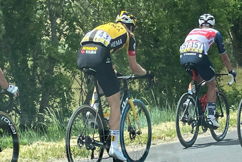 Waarom rijden de renners van Jumbo-Visma in de Dauphiné met blauwe voorbanden?