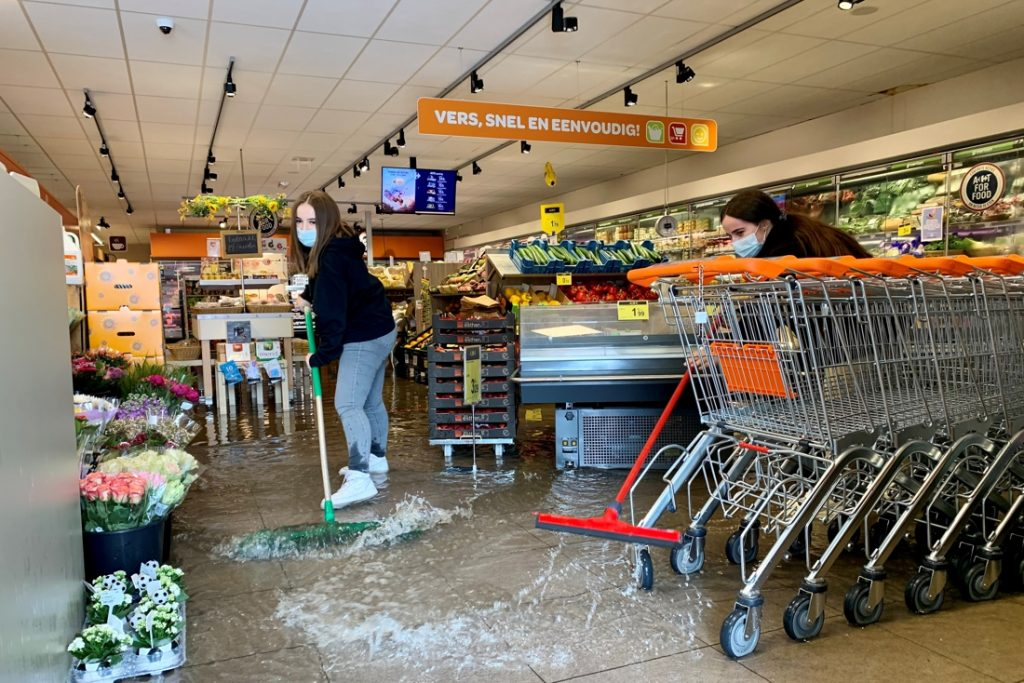 Thousands of liters of water enter the supermarket, but customers ... (Michellen)