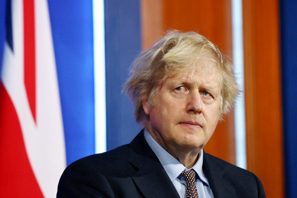 Boris Johnson is van plan de versoepelingen uit te stellen na recordaantal besmettingen