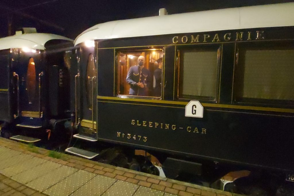 Orient Express stops briefly in Essen: enthusiasts wait for hours ... (Essen)