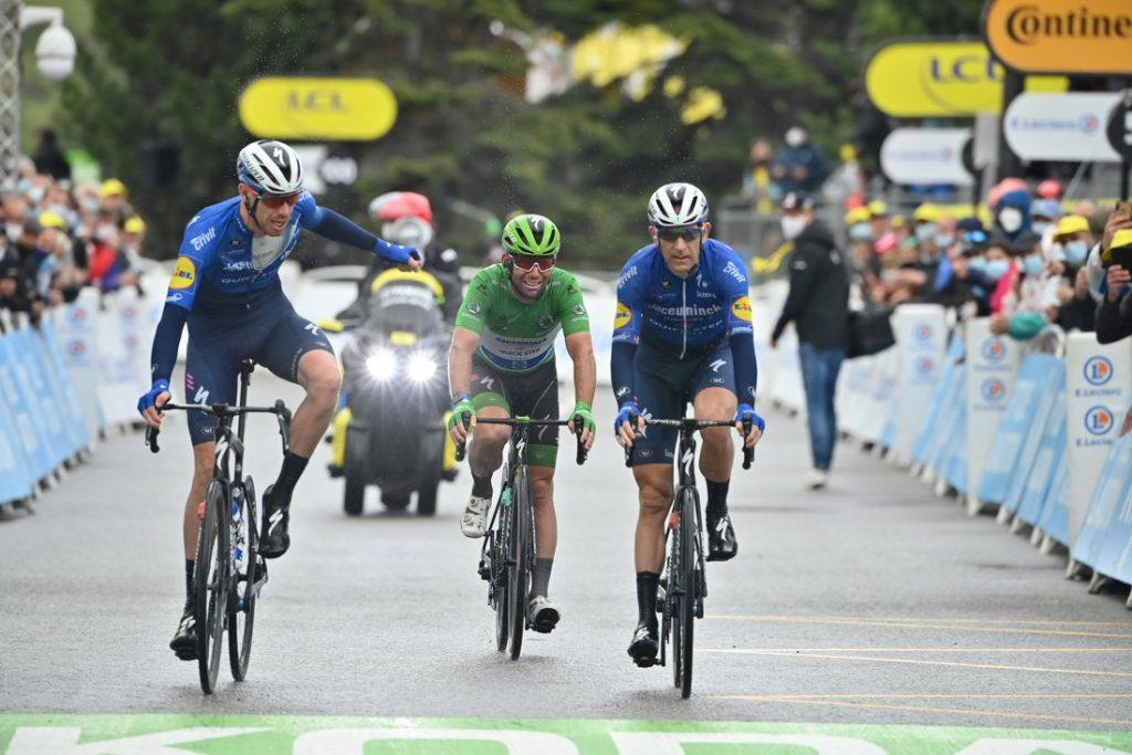 Slagveld in de Tour: wenende Mark Cavendish komt maar nét op tijd binnen, zeven renners te laat