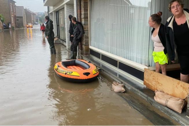 Hevige regen zorgt voor zware wateroverlast, scouts van Kampenhout geëvacueerd van bivak in Naamse Couvin
