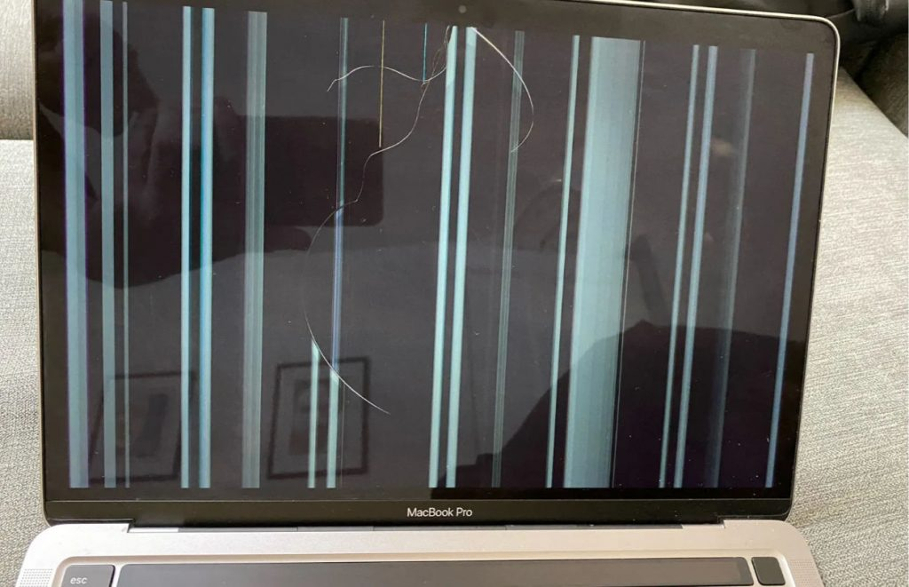 MacBook users with M1 chip are complaining about cracks in the screen