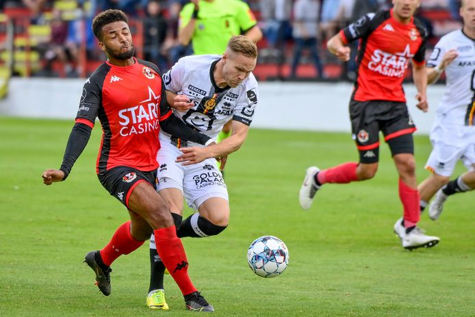 Alternative Engvall, here in a duel with Maziz, brought some extra driving and grinta to KV Mechelen.