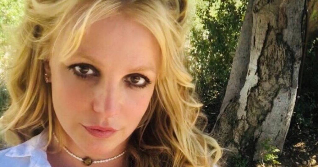 Britney Spears' ex-manager leaks old voicemail messages: 'I'm blackmailing'    Famous People