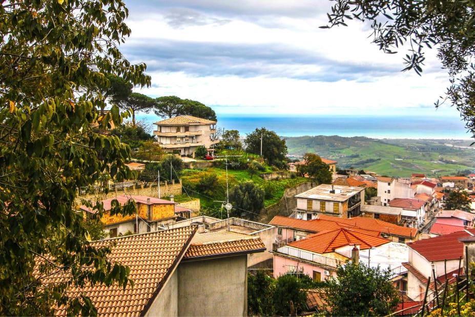 Italiaanse dorpjes geven je 28.000 euro als je er gaat wonen en een zaak start