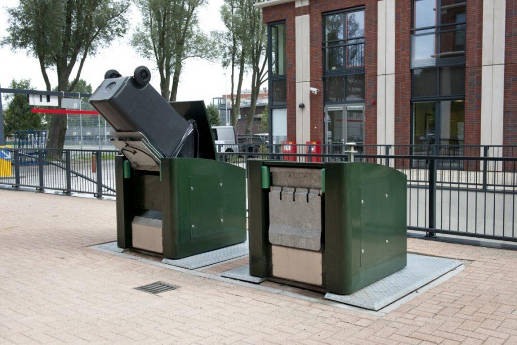 Ondergrondse perscontainer met kantelmechanisme voor containers bespaart ruimte en zorgt voor nette uitstraling