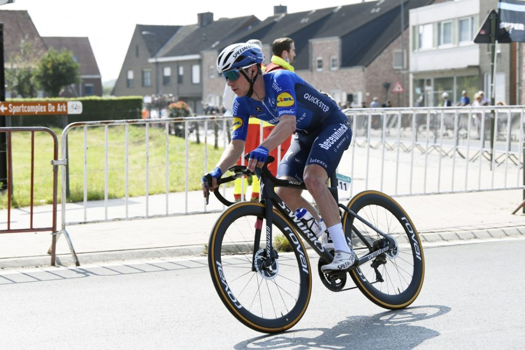 """Remco Evenepoel geeft dan toch op in de Benelux Tour, wat met het EK? """"Hij moet rusten, veel rusten, en herstellen"""""""