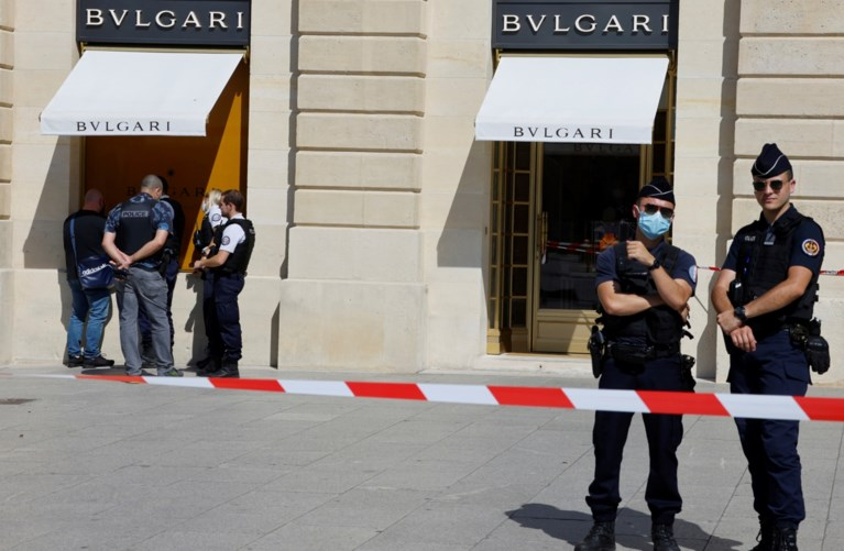 Stunning jeweler heist: police chase culprits on the streets of Paris, suspect leaves bag full of jewels