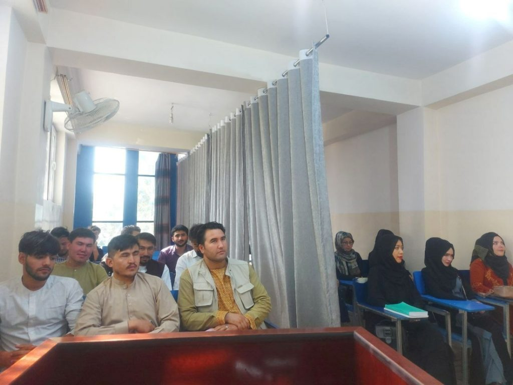 New rules in Afghan universities: the curtain separates...