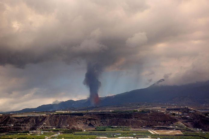 The volcano is still active, with a cloud of ash and gas up to 4,500 meters high.