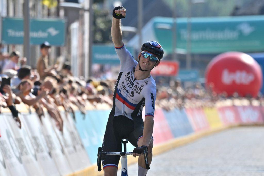 Dubbelslag voor Bahrain-Victorious: Matej Mohoric wint slotrit van BeNeLux Tour na solo van 25 km, Colbrelli is eindwinnaar
