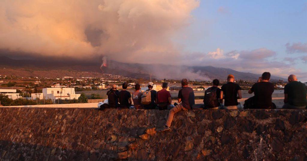 La Palma airport reopens, island floods 'volcano tourists' |  Abroad