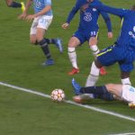 Afraid to wait for an ankle check: Romelu Lukaku limps to the side after a strong tackle |  The third round of the Champions League