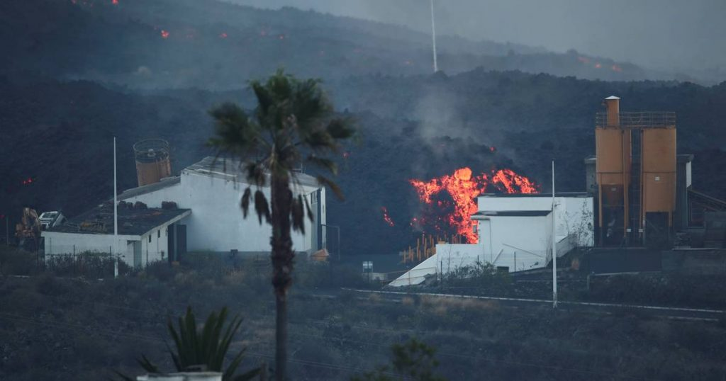Lava debris the size of a three-story building reverberates from the side of the volcano in La Palma    Abroad